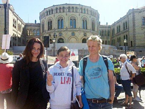 Line Hoem, Anna Owczarz og Arne Grødahl foran Stortinget i forbindelse med onsdagens demonstrasjon foran Strotinget.