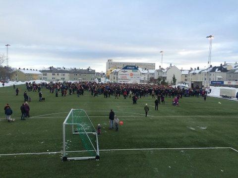 Rundt 2.000 møtte opp på Idrettsplassen. derfra gikk de til sykehuset.