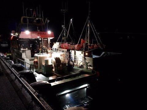 Redningsskøyta Stormbull har bistått grunnstøtt fiskebåt.