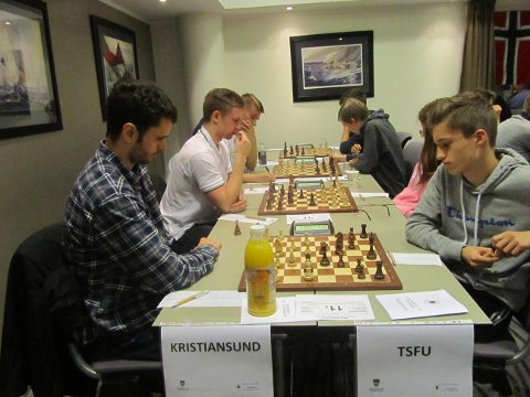 Thomas Nyland og Henrik Løbersli (til venstre) tapte begge sine partier i tredjerunden for Kristiansund elite. Bildet er hentet fra andrerunden.