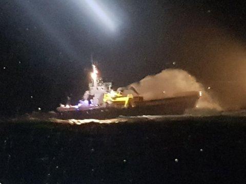 """Fraktebåten """"Optimar"""" står på Brakan utenfor Averøy. Foto: Remi André Storebø, redningsskøyta """"Erik Bye"""""""