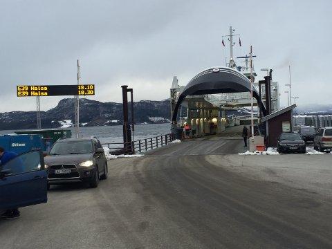 """Fjord1 har akkurat nå trøbbel med å avvikle trafikken på Halsafjorden etter at """"Romsdal"""" fikk tekniske problemer, og det allerede er redusert kapasitet i sambandet fordi en av de faste fergene er på verksted. Et ekstra problem er at rederiet heller ikke har noen reserveferge på Nordmøre akkurat nå."""