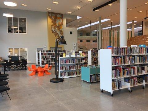 Alle på Smøla kan nå glede seg over et lyst, luftig og lekkert bibliotek. Nye møbler, hyller og fine løsninger er på plass, og her har biblioteksjefen tro på at alle skal føle seg hjemme.