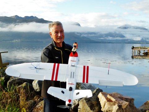 FUNNET I FJORDEN: Søren Schjølset har funnet et modellfly, som har havarert i Kornstadfjorden.