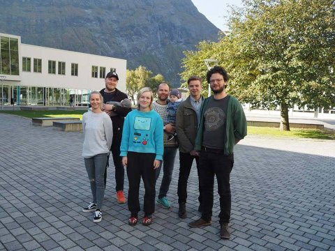 Hege Lauritzen (t.v.), Kim Andre Rønningen, Hanna Wergeni, Torger Reiten, Sigurd Bråten Gravem og Gideon Steinberg er alle delaktige i aksjonen «Gje meg handa di, ven».