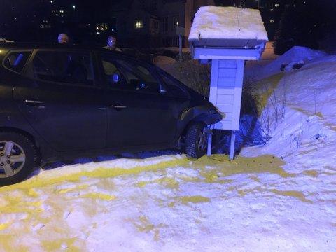 Den fremste av bilene ble skjøvet inn i et postkassestativ