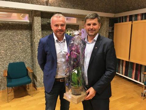 Kjell Neergaard (t.v.) takket av Roger Osen som leder for ORKidé.