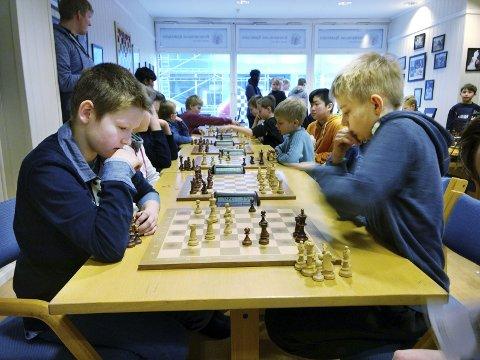 Sjakk i skoletida: Sindre Lyngsaunet Ytrestøyl (til venstre) spilte mot Johannes Tylden.