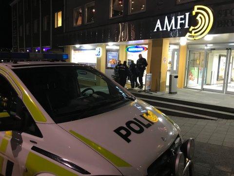 Flere politibetjenter aksjonerte mot Amfi Storkaia Brygge da det tikket inn en melding om en mannsperson med kniv på senteret.