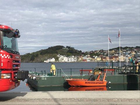 Brannvesenet laster opp beredskapsbåten.