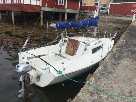 Denne seilbåten ligger ved Kviltorp camping i Molde. Ingen vet hvem som eier den. Foto: Politiet