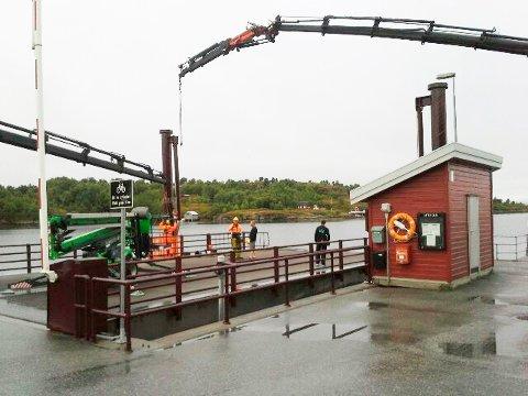 På oppdrag fra Statens vegvesen er det nå flere som jobber for å få reparert kjørebrua.