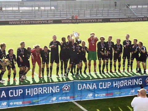 Lørdag morgen kunne KBKs 15-åringer heve pokalen i Danmark. Ingen kan huske at et guttelag fra Nordmøre har vunnet den sterke tuneringen tidligere.
