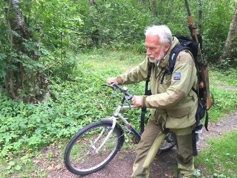 Egil Vågan (75) fikk delvis gjennomslag for sitt ønske om å kunne bruke sykkel for å komme seg ut i terrenget under reinsjakta som starter mandag. Han og andre kan sykle på Vålåsjøhøveien, men blir henvist til å bruke skyttelbussen hvis han vil gå ut fra Snøheimveien. Foto: Tommy Fossum