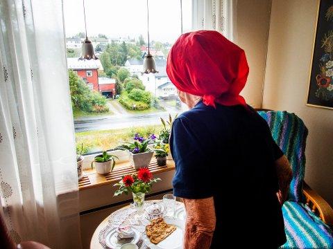 Mo i Rana  20180913. Eldre dame som ser ut av vinduet. Modellklarert.  Foto: Gorm Kallestad / NTB scanpix