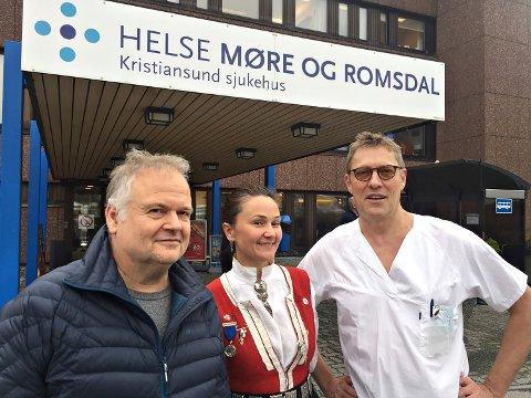 Journalist Arild Myhre (til venstre) og overlege Ralph Herter skal lørdag dele sin kunnskap om sykehussaken på et møte i regi av Bunadsgeriljaen. Her sammen med geriljaleder Anja Solvik.