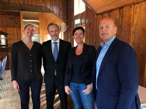 Fra venstre: Line Ekanger fra aPoint, rådmann Arne Ingebrigtsen, Monicha Seternes og Helge Hegerberg er godt fornøyd med avtalen om visningssenter i Kristiansund.