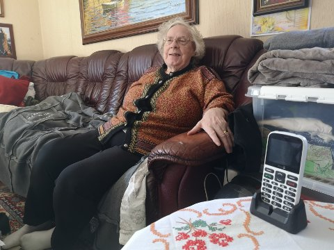 Oddrun Engvig (86) kontaktet hjemmetjenestene via trygghetsalarmen da toalettet gikk tett. Svaret fra hjemmetjenestene var at hun måtte gjøre fra seg i en bleie eller en bøtte.