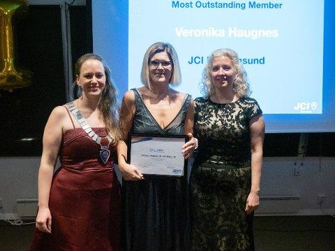 Veronika Haugnes (i midten) fikk prisen for «Most Outstanding Member» - (mest fremstående medlem). Her er hun flankert av Ksenia Vorobieva og Nora Gamst.