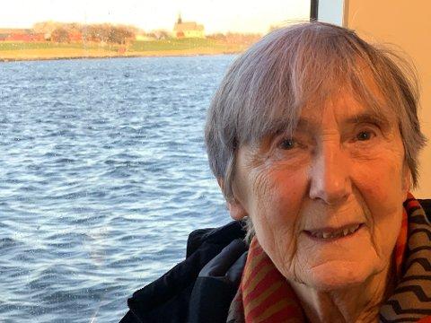"""- Kanskje dette var skipet til Tore eller erkebiskopen? Jeg fikk mange tanker nå, sier Peggy Kruse, som fikk nyheten av Tidens Krav om funnet av et over 1000 år gammelt skip like ved Edøy kirke. Kruse har skrevet spelet """"Fru Guri på Edøy""""."""