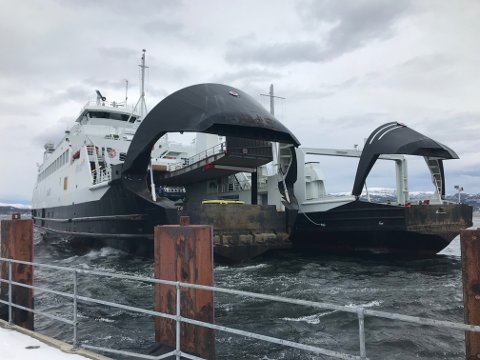 Her får «Svanøy» hjelp inn til kai av «Rauma» tirsdag ettermiddag. En time og 43 minutter tok turen som vanligvis tar vel 20 minutter.