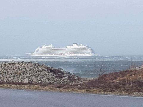 Cruiseskipet «Viking Sky» skal ha trøbbel ved Hustadvika. 1.300 passasjerer skal evakueres.