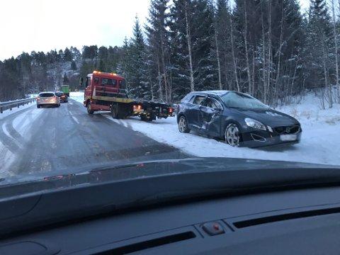 Bilen som var involvert i uhellet i ferd med å bli hentet av redningsbil.
