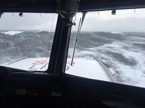 Store bølger møtte redningsskøyta «Erik Bye» da den dro ut for å assistere «Viking Sky». Foto: Redningsselskapet