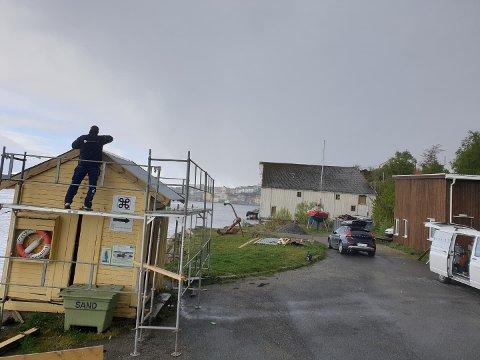 Her jobbes det med å skifte tak og vindskier på det gamle sundbåtskuret.