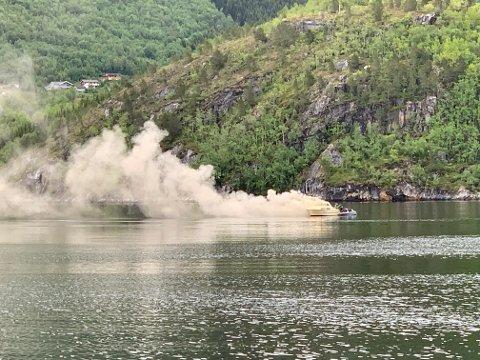 Kraftig røyk da det brøt ut brann i en båt i Valsøyfjorden.