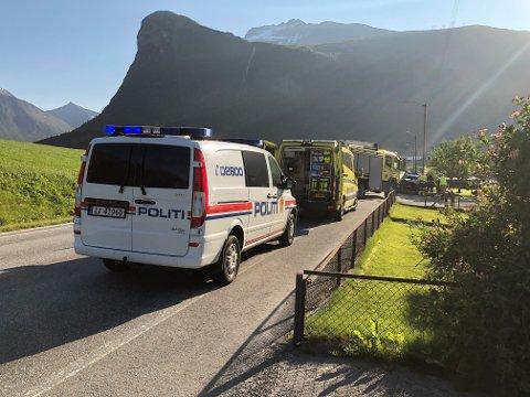 To personer er kritisk skadd etter at to biler kolliderte i Innfjorden i Møre og Romsdal fredag kveld.