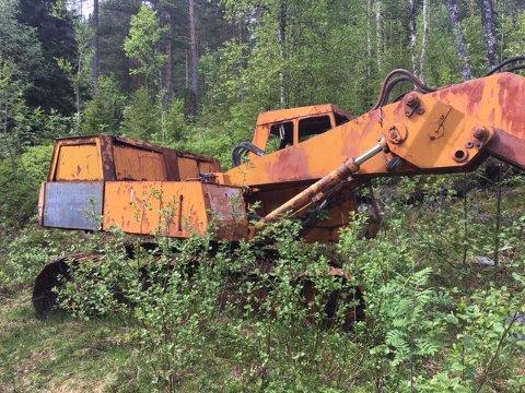 Den utrangerte gravemaskinen har stått ute i naturen ved Storset i Tingvoll i årevis. Dette er ett av bildene som turgåeren sendte kommunen i 2019.