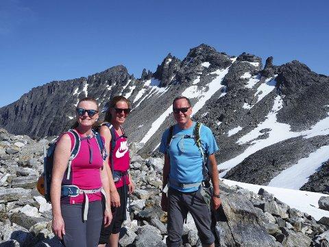 Spent: Tania, Hilde og Åsmund Haga er forventningsfulle før andre forsøk på Store Trolltind, bak i midten.