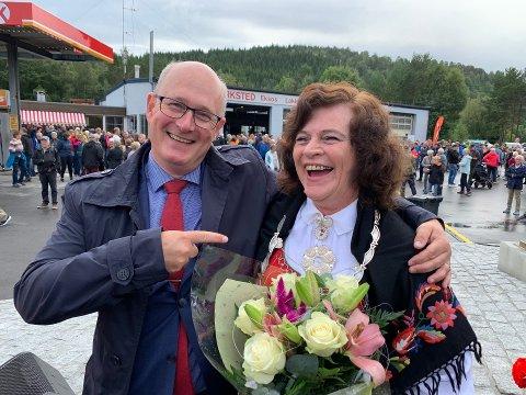 Det er blitt lagt merke til - og kritisert - i Tingvoll at Kristiansund glimret med sitt fravær sist lørdag da riksvei 70 Tingvoll - Meisingset ble offisielt åpnet. Derimot omfavnet Sunndal-ordfører Ståle Refstie Tingvoll-ordfører Milly Bente Nørsett og knyttet nærmere bånd til nabokommunen.