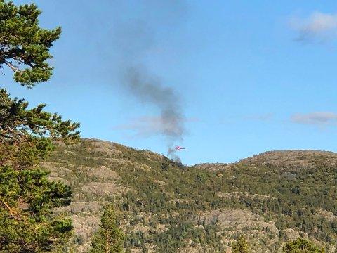 Røyk stiger opp mens en luftambulanse svever over stedet.