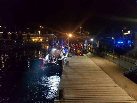 En turist som falt av brygga på Lysaker torsdag kveld, ble reddet av et vitne – en forbipasserende mann i 70-årene som hoppet uti for å hjelpe – og en brannmann som holdt henne over vann til en redningsskøyte fikk alle tre opp av sjøen.