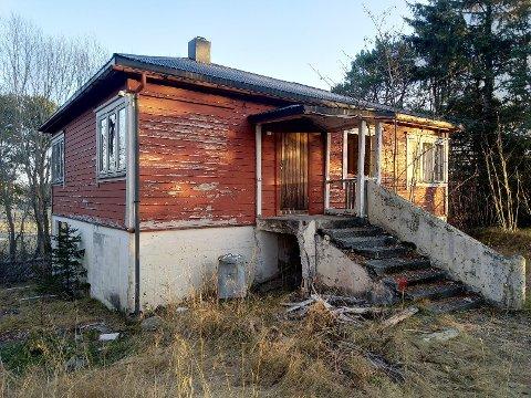 Det gamle speiderhuset er lite vedlikeholdt og er falleferdig.