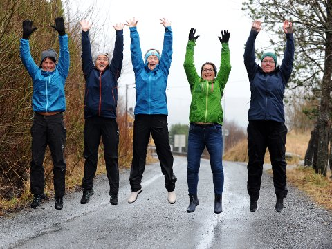 Hoppenede glade Berit Marie Engvik (fra venstre), Guro Endal, Merethe Sakshaug, Torill Sørseth og Jorun Kronborg lover helsegevinst, vennskap, glede og flott natur til turgåere som blir med.
