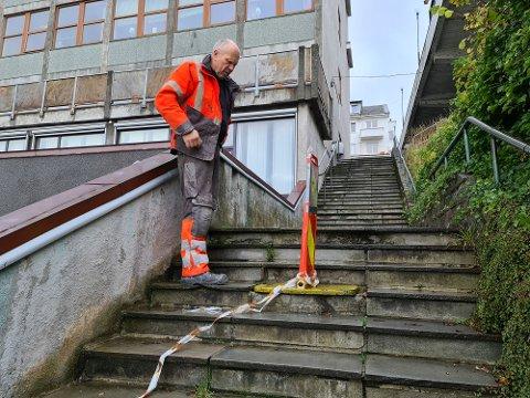– Denne snarveien må bli tryggere for at folk skal bruke den, fastslår Ole Johnny Hesjevik i Fosnastein, som avdekker flere trappetrinn med løse betongheller på sin befaring.