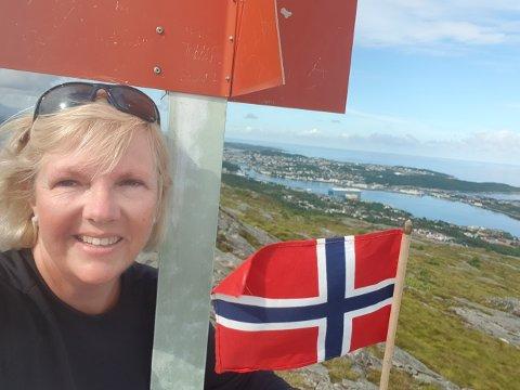 – Takk til Kristiansund! Byen ga meg motivasjon til å satse på musikk som yrke, sier Marit Lucie Heggedal. Fredag ble hun kåret til årets musikklærer. Her er hun avbildet på toppen av Kvernberget.
