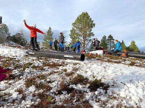 KICKOFF: To rørelementer ble fraktet opp og snø ble flyttet med håndmakt, slik at ungene kunne starte freeski-sesongen.