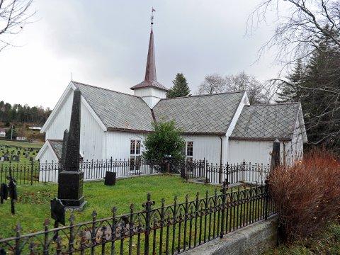 Førstkommende søndag blir det utendørs gudstjeneste i Bremsnes kirke (arkivbilde)