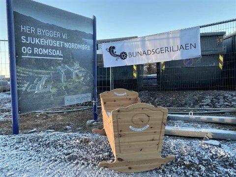 Fra Bunadsgeriljaens markering på Hjelset tomt mandag: En vugge hvor det ligger en hilsen oppi, hvor det står: «Jeg er født i Kristiansund.»