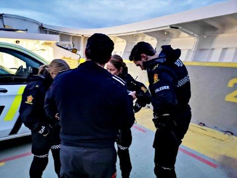 Innsatsleder Christian Bronnes lytter på sambandet mens han er om bord i ferga mellom Seivika og Tømmervåg.