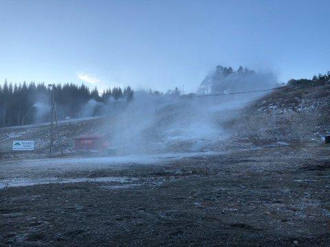 KULDE: Det meldes kaldt vær i lang tid framover. Det betyr at snøanlegget i Sæterlia kan starte produksjonen og at anlegget kan åpne om ikke så altfor lenge.