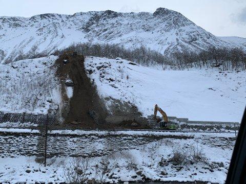 Det er fjernet 4000 kubikk med morenemasse fra den skredutsatte skråningen ved Fale bru i Sunndalen de siste dagene. Områdene på begge sider av skredområdet ble ferdig utbedret i 2018 etter flere ukers arbeid og stenging av RV70.