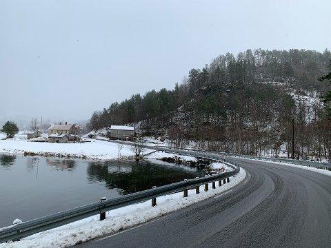 Riksvei 70: Her innover Ålvundfjorden er veien både smal og snirklete mange steder.