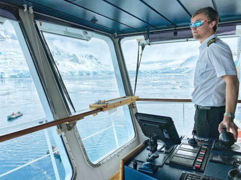 Sindre Holberg bedriver posisjonsholding mens det er cruising med småbåter i Chiriguano Bay i Antarktis.