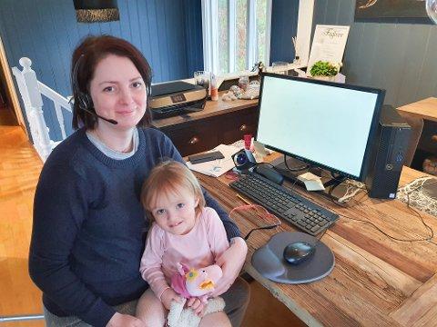 Oda Irene Nyland må jobbe hjemme. Det syntes datteren Ylva er koselig.