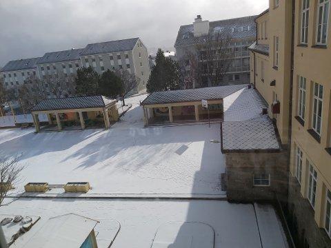 Det har kommet mange tilbakemeldinger om at barn og unge samles i store flokker på lekeplasser, i ballbinger og i skolegårder - som her på Allanengen skole i Kristiansund.